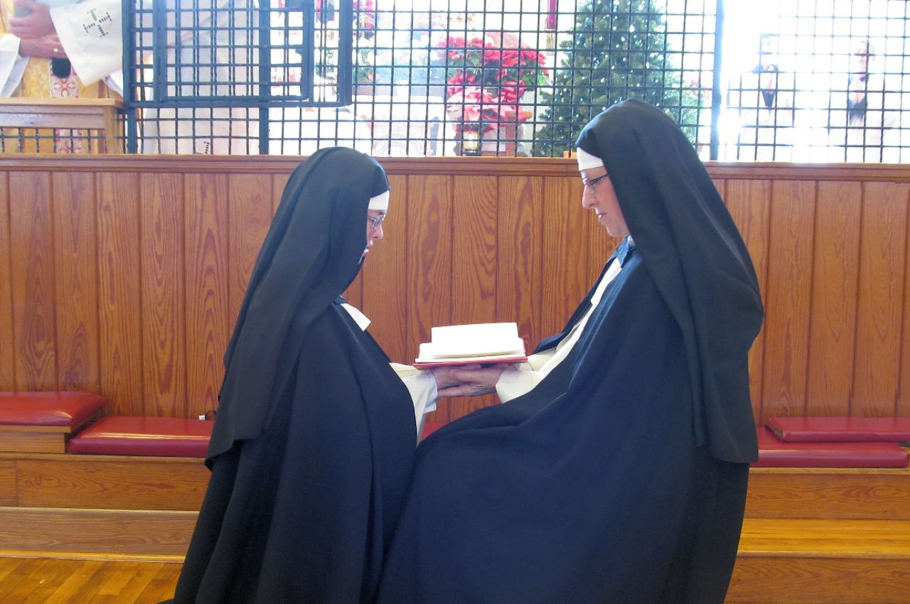 Photo of Dominican nun pronouncing her vows